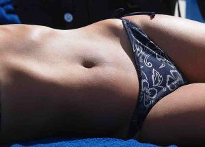 800px-A_womans_abdomen